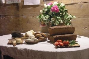 Chleby żytnie i sery kozie